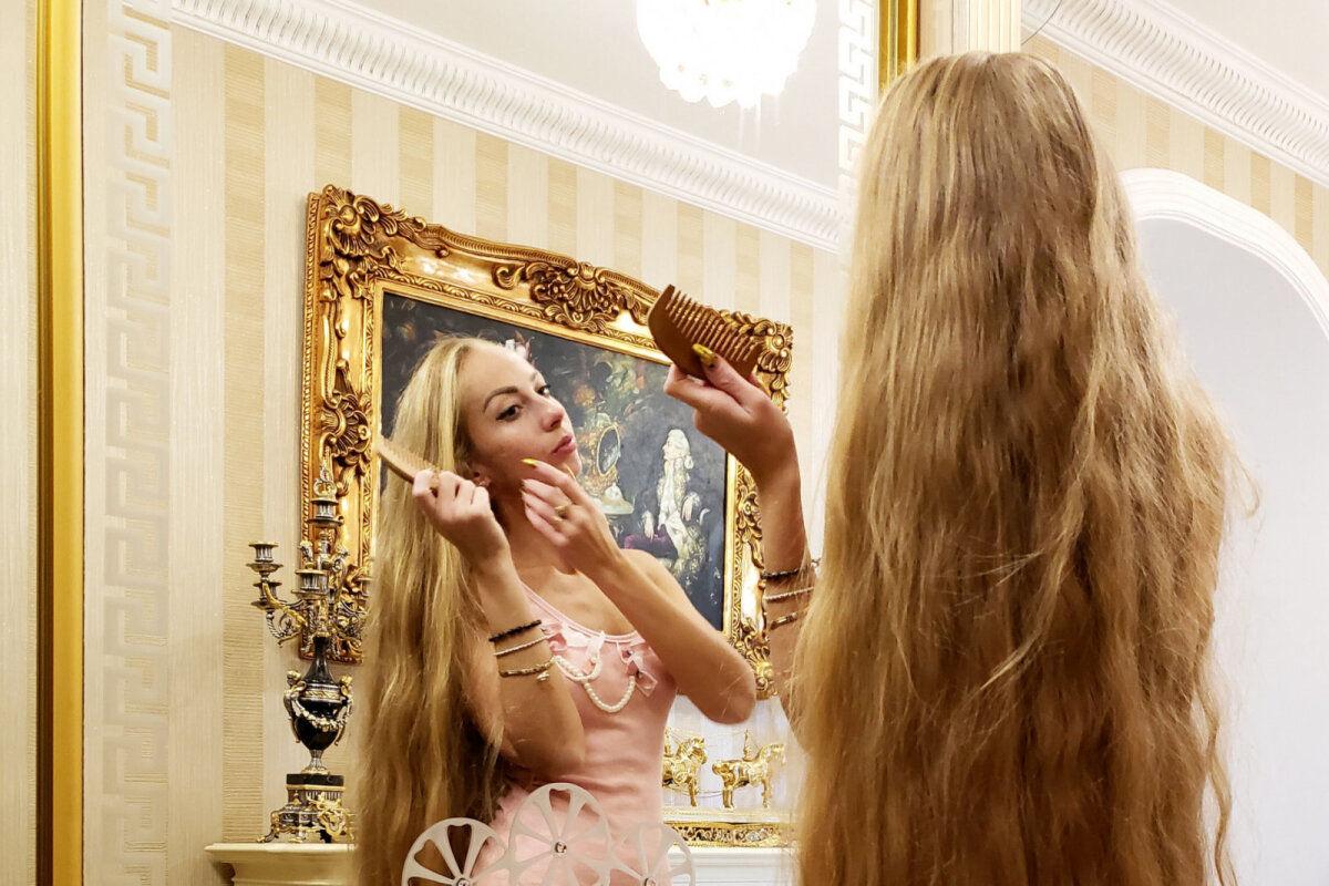 Невероятно красивая одесситка, не подстригавшаяся 30 лет, показала свои длинные локоны и фигуру в купальнике