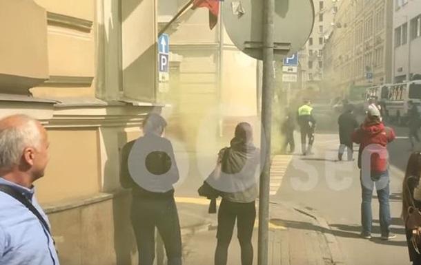 """Провокации к годовщине трагедии в Одессе: активисты """"Другой России"""" пытались поджечь украинское посольство в Москве"""
