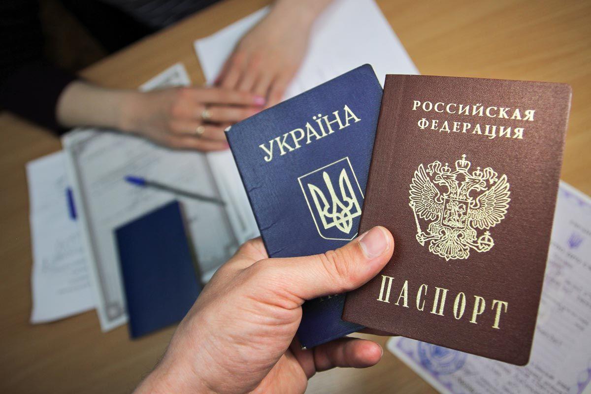 """Легализация двойного гражданства: в """"Слуге народа"""" объяснили, как могут урезать в правах украинцев с паспортами РФ"""