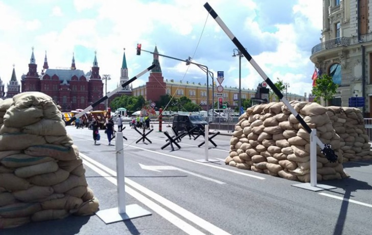 В День России власти построили на главной площади страны оборону от своих же граждан: кадры, как Москва приготовилась к митингам, повсюду автозаки и бронетехника
