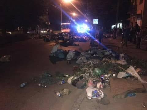 Львовяне мусором перекрыли дороги и заблокировали улицы: кадры акции протеста, который обещают проводить каждый день