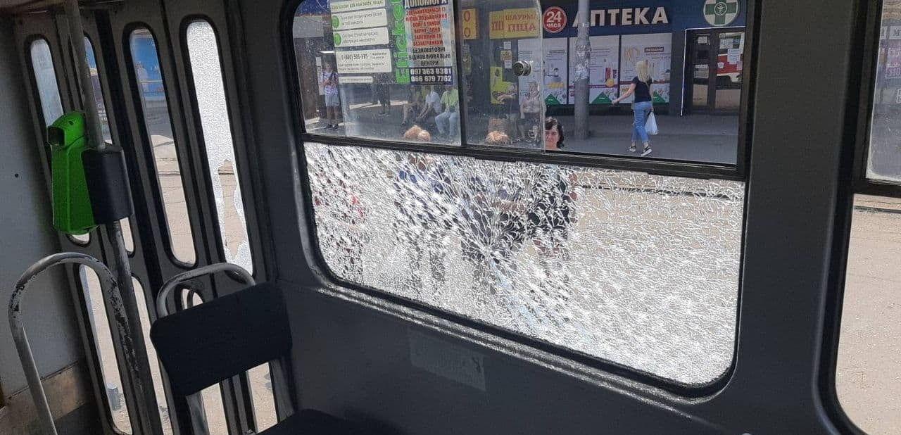 Неизвестные расстреляли трамвай с пассажирами в Харькове