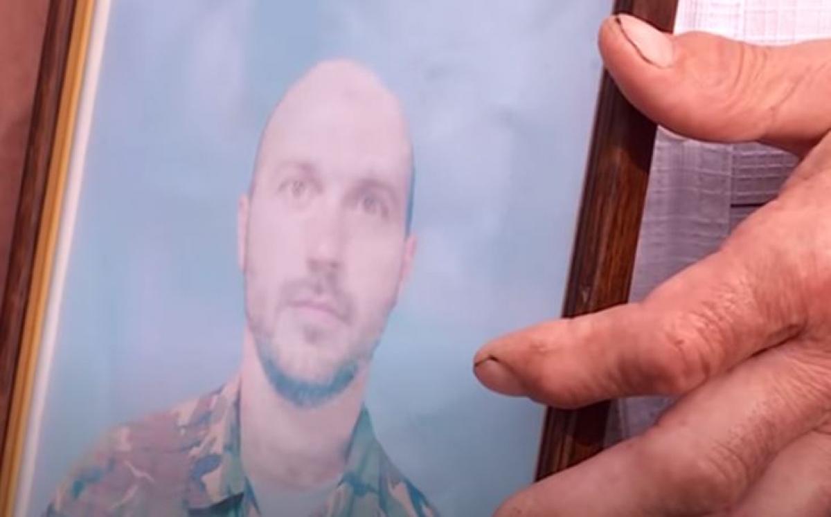 """Мать погибшего """"киборга"""" """"Денди"""" пронесла портрет сына через Майдан: """"Он отдал жизнь за Украину"""""""