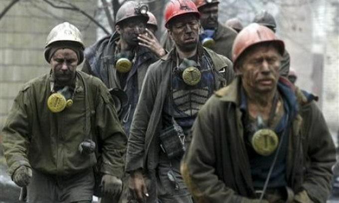 """""""Ты, тварь, жируешь, а наши дети перебиваются с хлеба на воду"""", - разъяренные шахтеры объявили о забастовке угольщиков """"ЛНР """" и грозятся снести всю администрацию Плотницкого"""