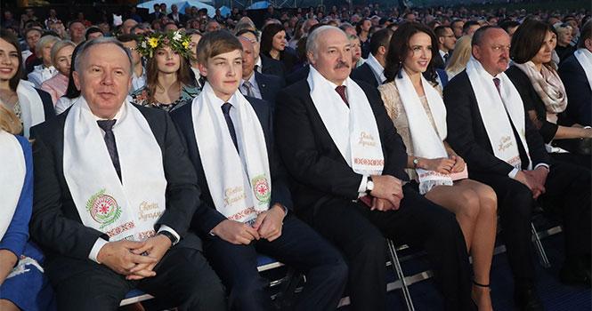 А что это за девушка? Сеть обсуждает фотографию Лукашенко в обществе стройной красотки