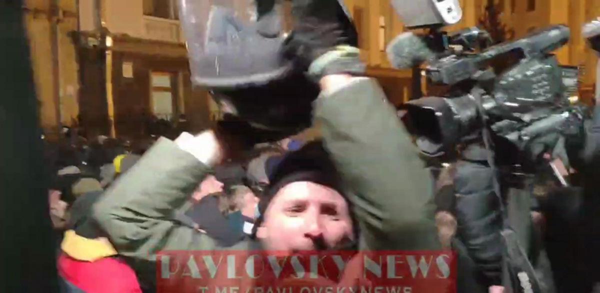 Стычки под ОП в Киеве: Парасюк сорвал шлем с головы полицейского