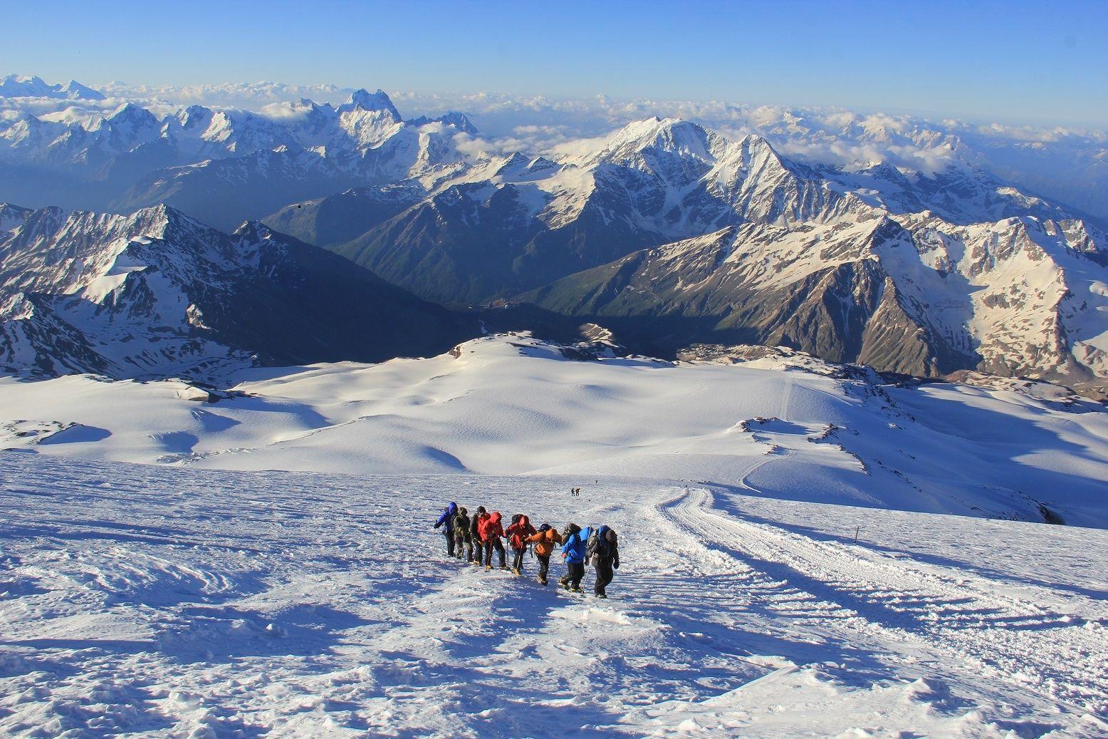 Разбушевавшаяся буря на Эльбрусе забрала жизни туристов: выживший альпинист раскрыл подробности ЧП в горах