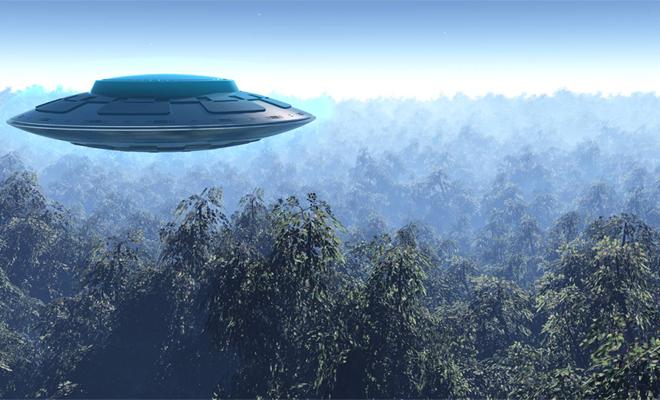Полет и приземление: в горах Италии очевидец запечатлел огромный инопланетный корабль