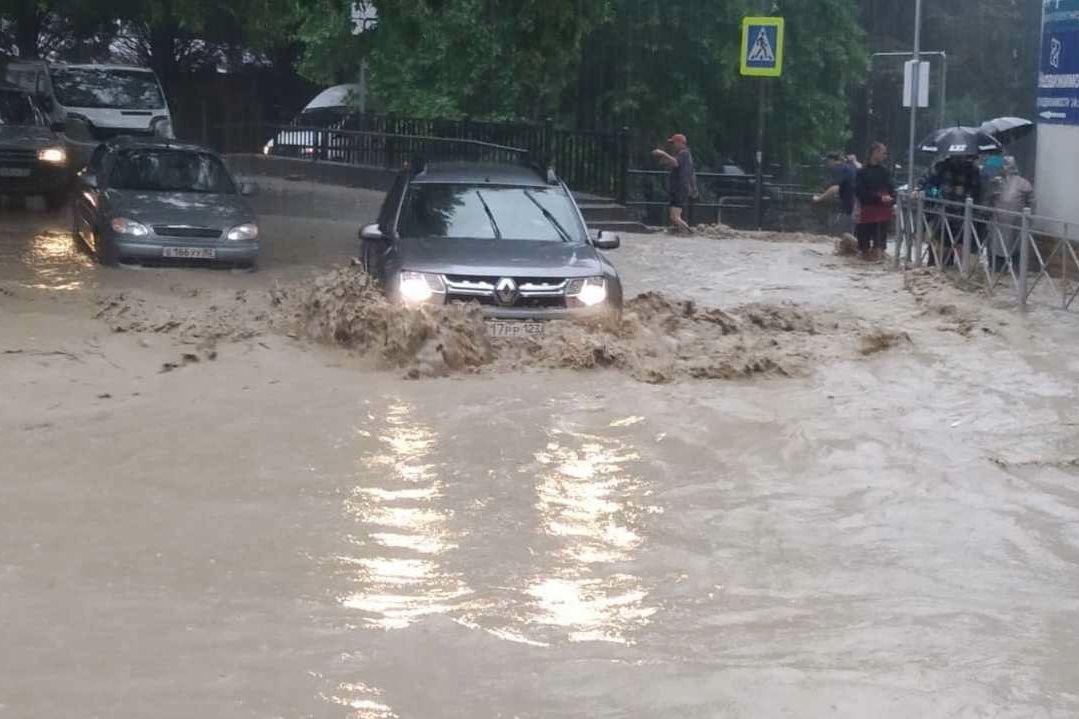 Потоки сносят машины и людей: оккупанты закрыли Ялту из-за наводнения и ввели режим ЧС, началась эвакуация