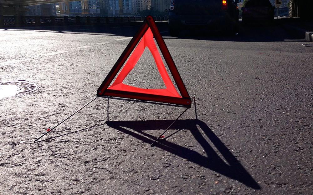 Сбил двух пешеходов, разнес детскую площадку и забор: в Киеве нетрезвый вооруженный водитель Jaguar устроил жуткое ДТП - кадры