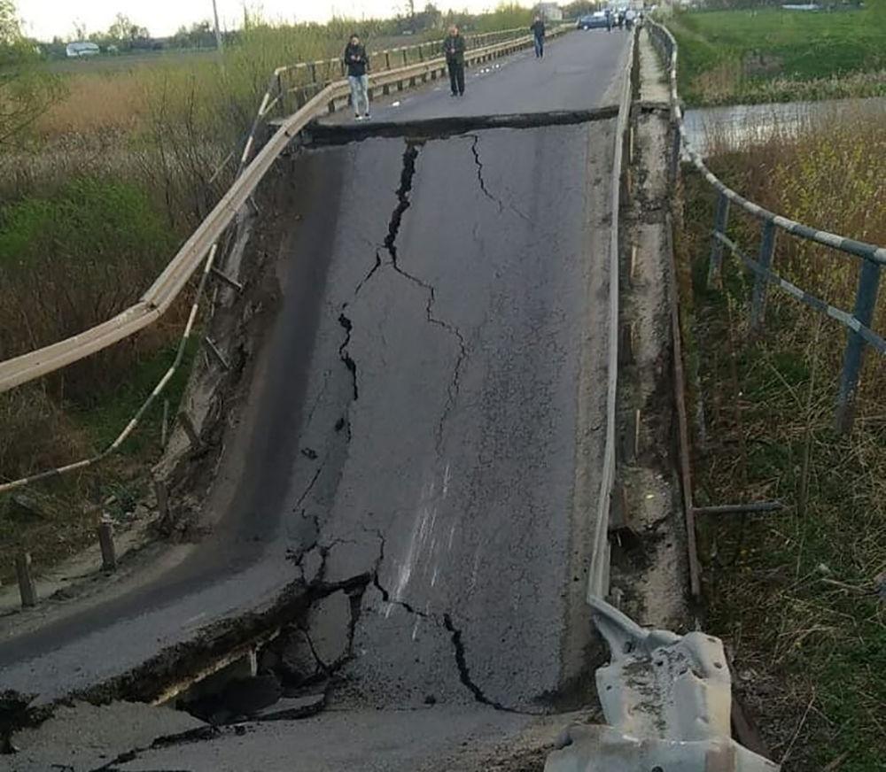 На Львовщине рухнул аварийный мост через реку Западный Буг - движение полностью парализовано