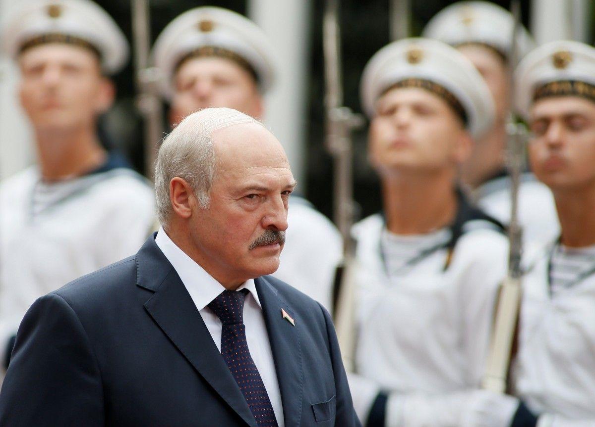 Лукашенко впервые появился перед СМИ после слухов об инсульте: соцсети изучают новое фото президента