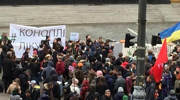 """В Киеве прошел """"конопляный марш"""": участники вышли за легализацию марихуаны"""