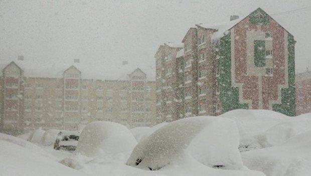 В России после мощного циклона машины с людьми оказались под ледяными завалами: опубликованы кадры из Сахалина