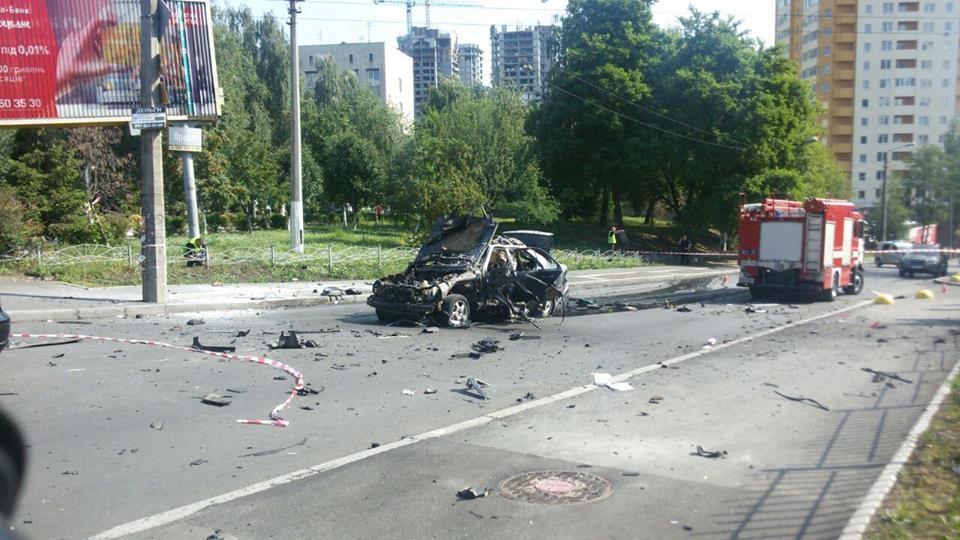 Один человек погиб и двое пострадали в результате взрыва автомобиля в Киеве: опубликованы кадры момента взрыва