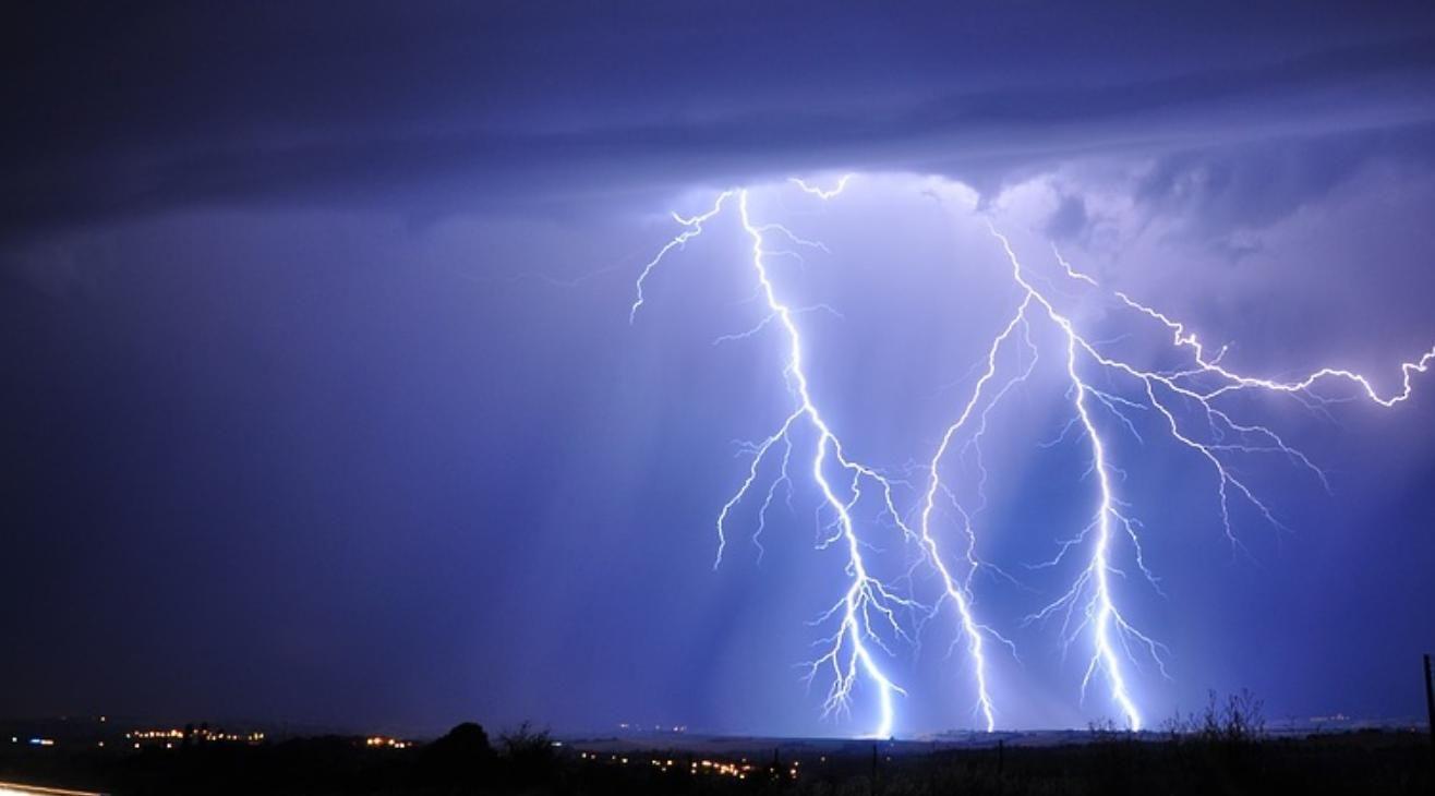 Врачи предупреждают о риске погибнуть от удара молнии: в двух селах Украины чудом избежали трагедии