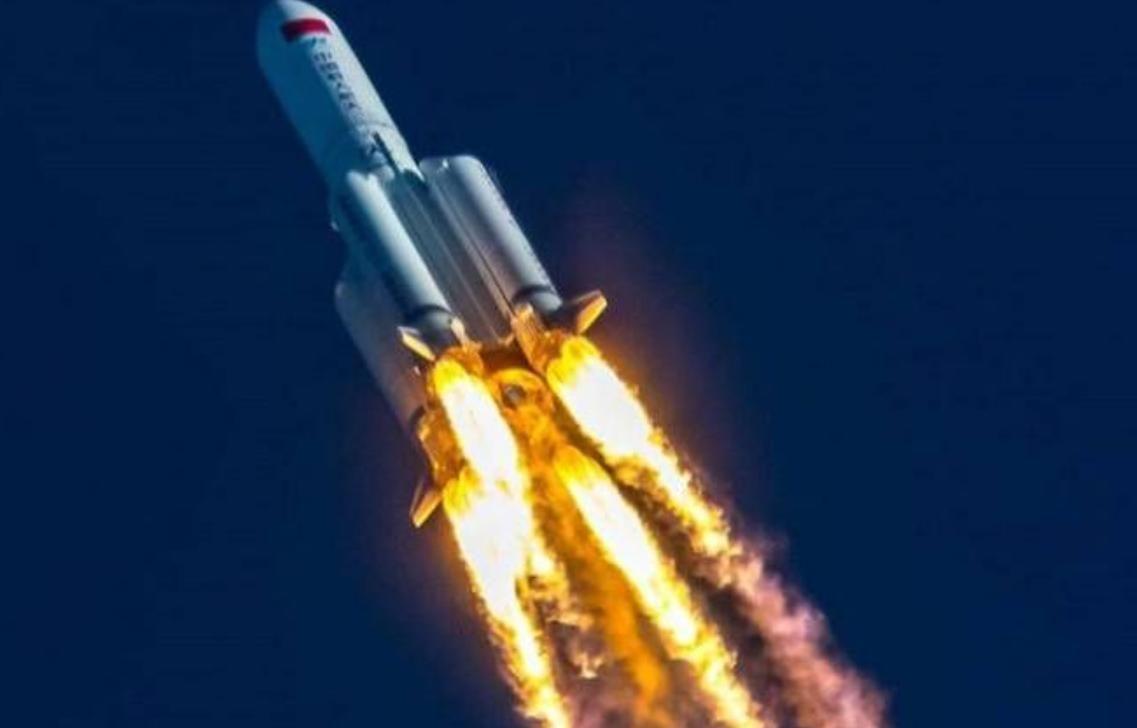 Неконтролируемая китайская ракета ночью рухнула на Землю: падение попало на видео