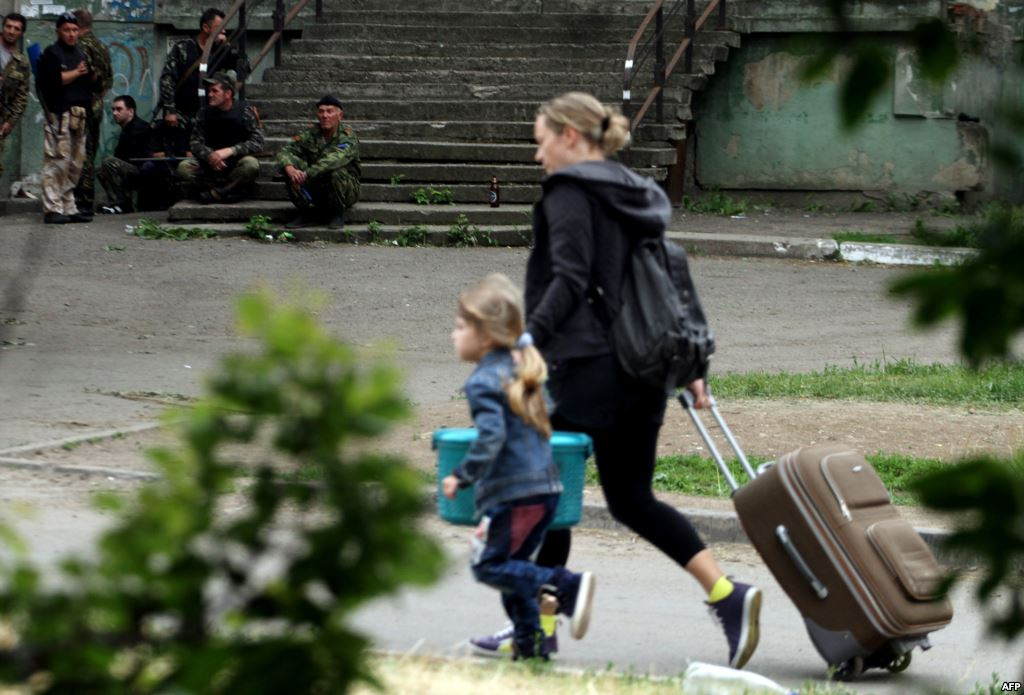 Луганчане скрепя сердце продолжают покидать родные дома