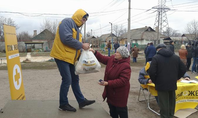 Штаб Рината Ахметова доставил гуманитарную помощь в виде продуктовых наборов Жованки и Майорска
