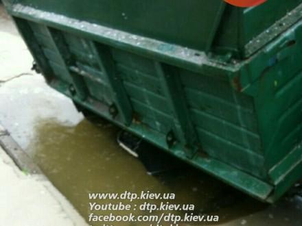 """В Киеве ЗИЛ """"ушел"""" под асфальт: подробности происшествия"""