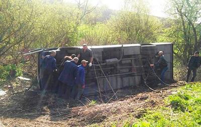 В Хмельницкой области у автобуса на ходу отлетело переднее колесо, машина перевернулась - пострадало 17 человек