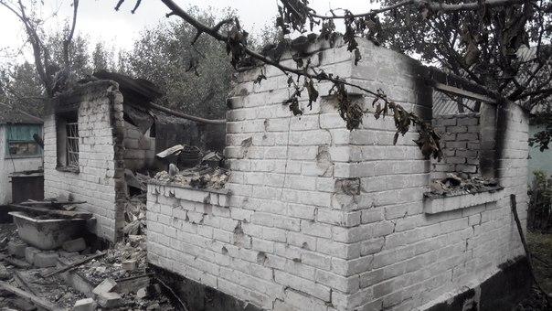Еленовка после боев: искореженные заборы, воронки в земле и разгромленные дома