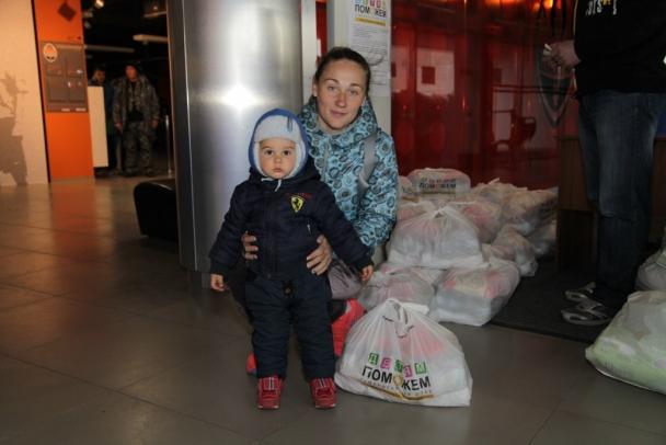 Кому Гуманитарный штаб Ахметова раздает детские наборы в Донецке