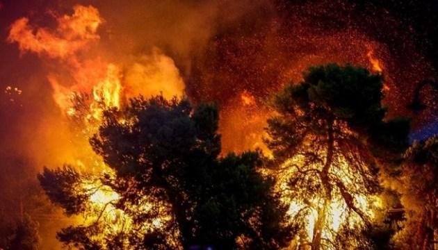 Выжженные пламенем кварталы и брошенные машины: смертельный огонь в Греции показали с высоты полета