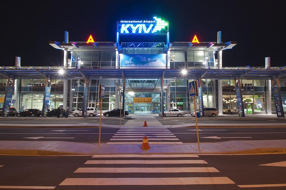 Массовая драка в аэропорту Киева: пассажиры не смогли поделить самолет, а полиция просто наблюдала за конфликтом со стороны - СМИ