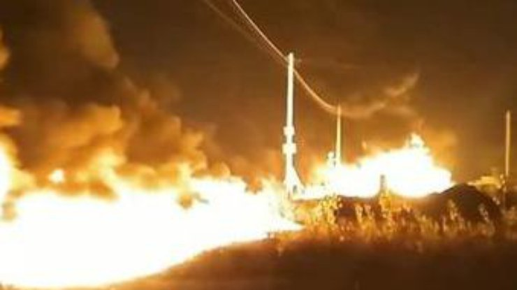 Под Киевом произошел масштабный пожар на АЗС: несколько тонн топлива разлилось по дороге - кадры