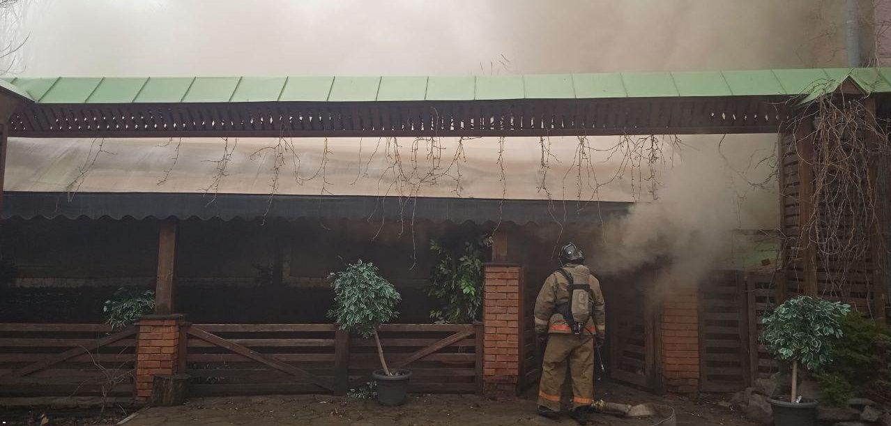 """В Донецке вспыхнул пожар в известном кафе """"Свинья"""" – огонь охватил прилегающее здание"""