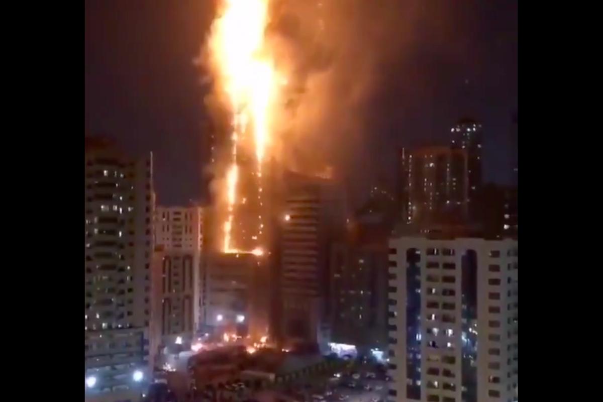 В Арабских Эмиратах пожар охватил 40 этажей небоскреба: очевидцы показали кадры пылающей высотки