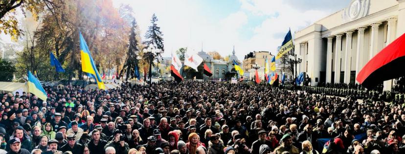 Возле Верховной Рады начались стычки из-за заблокированного полицией грузовика со звуковой аппаратурой