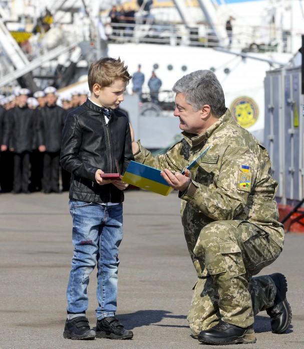 """Порошенко мощно обратился к родным военнопленных моряков: """"Этот счастливый день настанет и очень скоро"""", – сильные фото"""