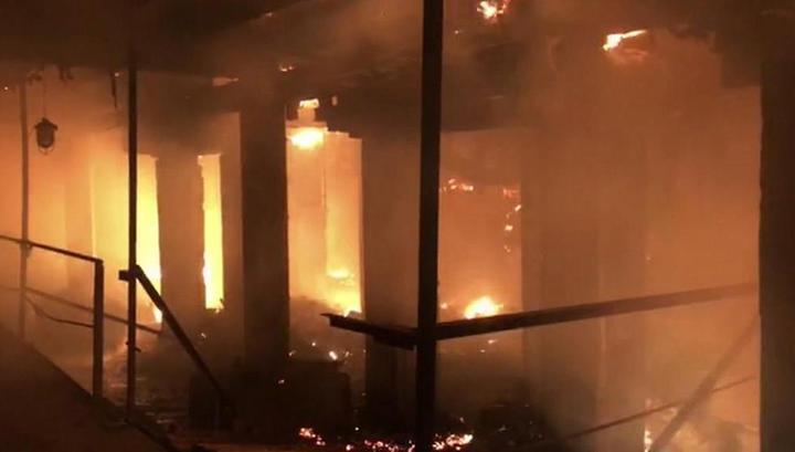 """Огонь охватил уже почти 5000 м² """"Электроцинка"""", пожарных самолетов нет: люди в страхе бегут из Владикавказа"""