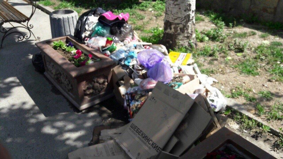 Феодосия. Обзорный срач-тур: опубликованы кадры, как оккупированный Крым превращается в большую мусорную свалку, горы хлама прямо посреди улиц