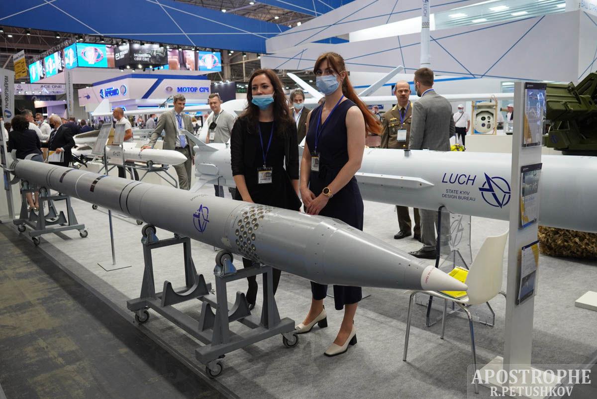 В Киеве показали новейшие образцы оружия и техники - представлены уникальные разработки десятков стран