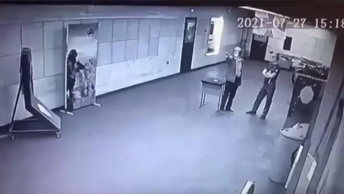 В российском Новосибирске мужчина застрелился в тире на глазах у инструктора: опубликовано видео
