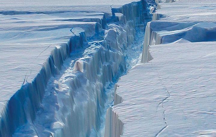 """""""Ледяное сердце"""" Антарктиды исчезло: ученые показали, что случилось с огромным айсбергом размером с Великобританию, отколовшимся от ледяного щита, - кадры"""
