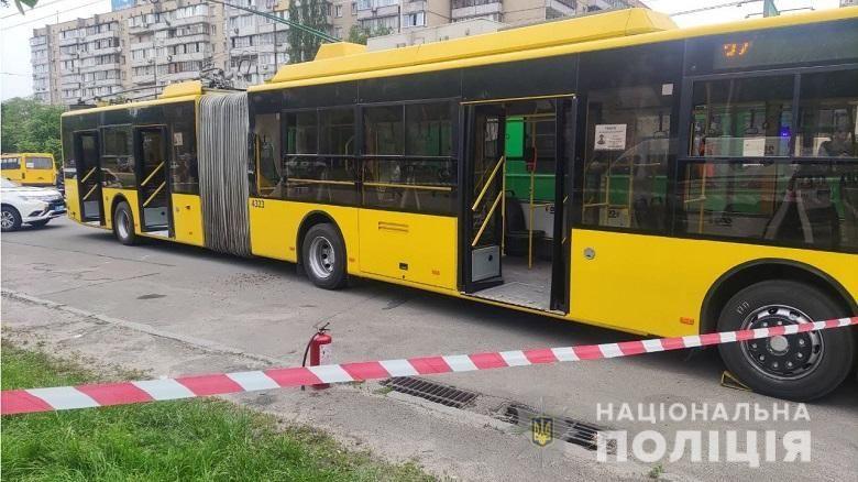 """В Киеве мужчина бросил в троллейбус """"коктейль Молотова"""": задержанный заявил, что ему """"надоели люди"""""""