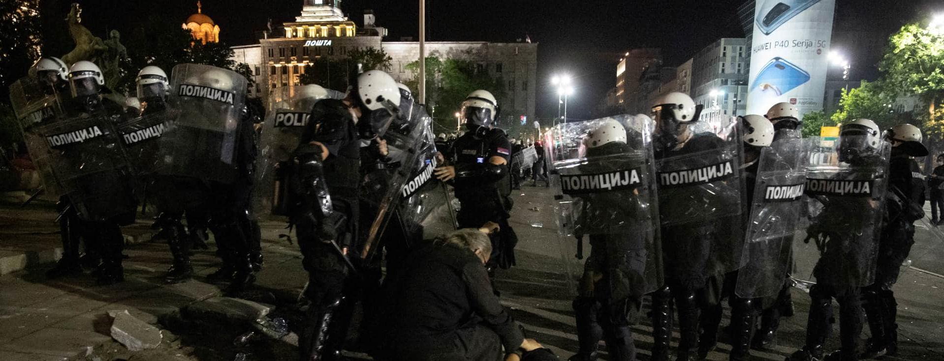 Массовые протесты в Сербии: активисты забрасывали полицию камнями и фаерами, от Вучича требуют уйти в отставку