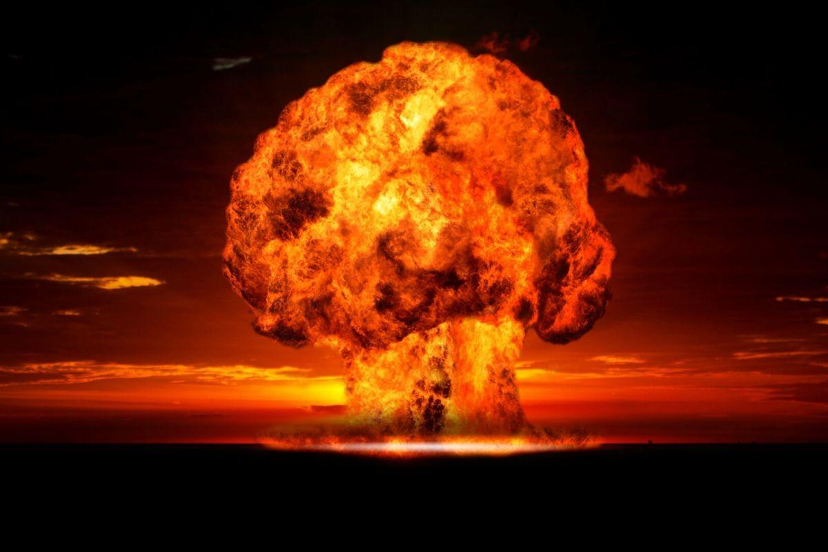 """Видео взрыва советской """"царь-бомбы"""" рассекречено - кадры, как 50 мегатонн взлетели на воздух"""