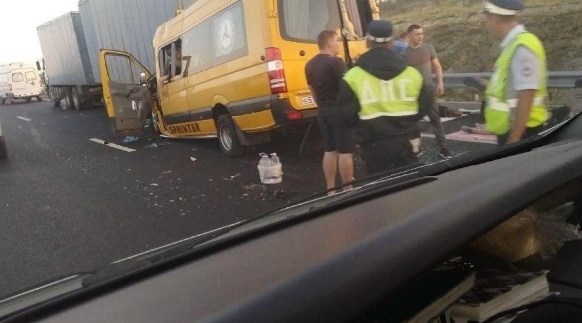 """Смертельная авария на трассе """"Таврида"""" в Крыму: автобус из Краснодара врезался в грузовик – много пострадавших"""