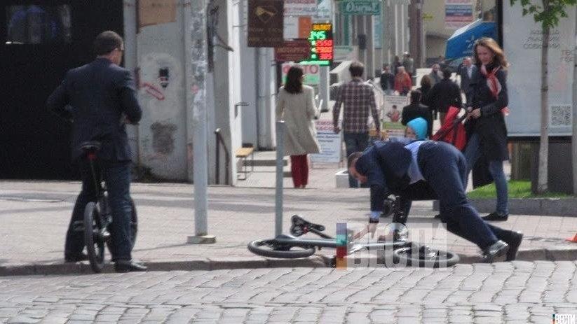 В Сети появились кадры, как киевляне пытались спасти упавшего с велосипеда мэра Виталия Кличко