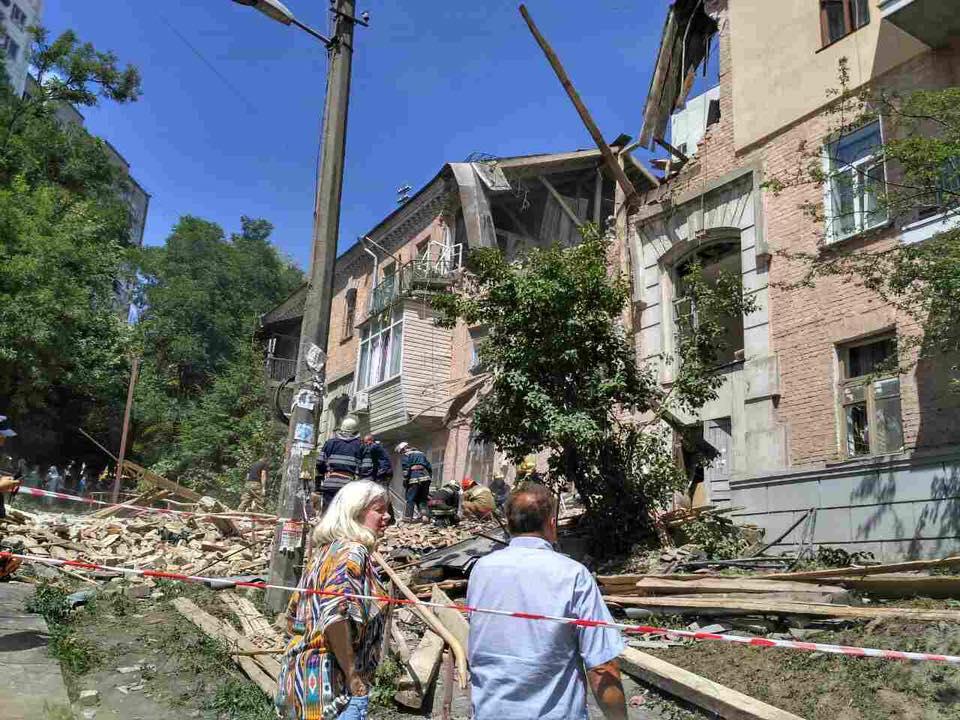 На месте взорвавшегося доме в Киеве начата эвакуация жильцов: раненых забрала скорая – новые кадры