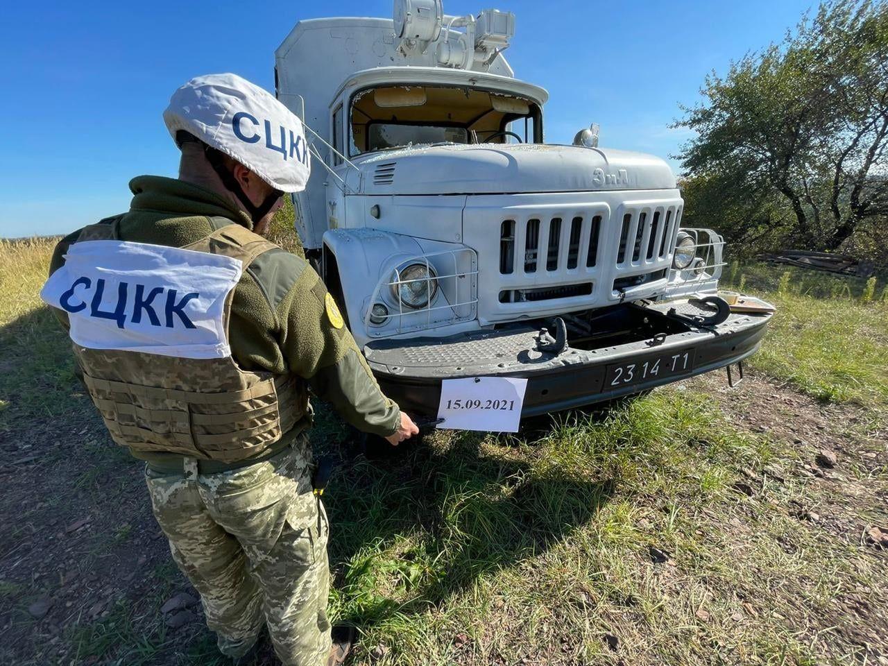 Формирования РФ накрыли артиллерией автомобиль СЦКК под Горловкой: показаны последствия
