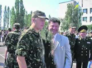 Сын Порошенко тайно отправился воевать в Донбасс