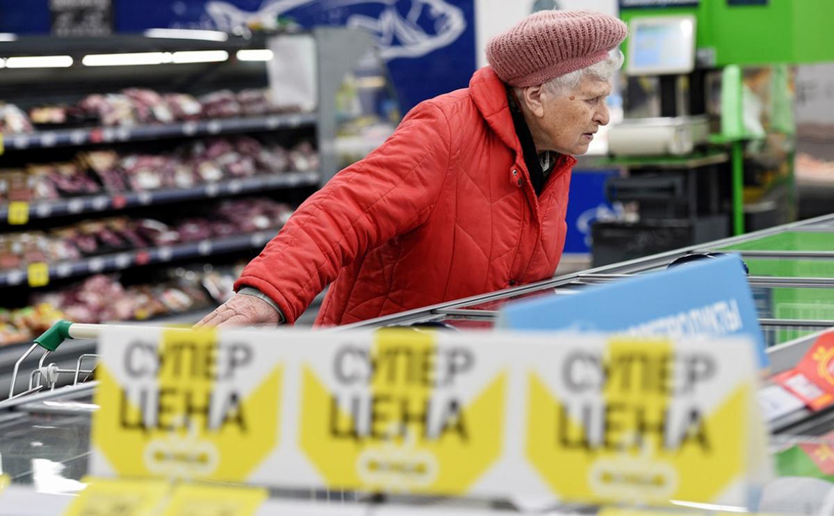 Способность россиян покупать еду рухнула до минимума за 10 лет: не хватает денег даже на простые продукты
