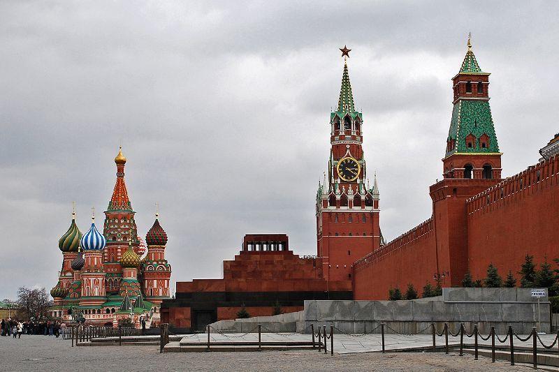 Война с Украиной: группа россиян в центре Москвы вышла с призывом к Кремлю