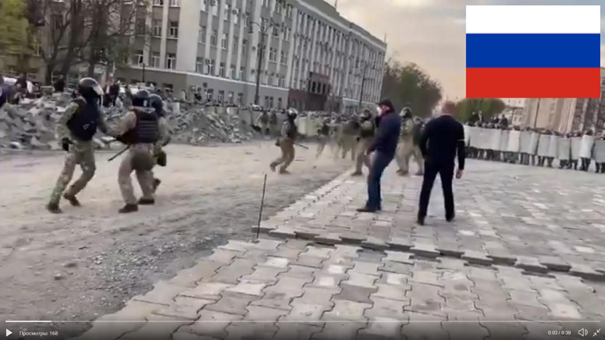 Бунт во Владикавказе: протестующие забрасывают российский ОМОН камнями, силовики бегут - видео